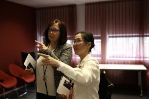 徐世怡與畫展活動場地主任丹霓女士Mrs. Diane Wevers討論策展細節.